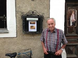 Ehrenvorsitzender Hans Goedecke vor der Goldenen Rose